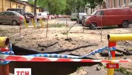 Гейзер із теплотраси вирвався з-під асфальту в Одесі