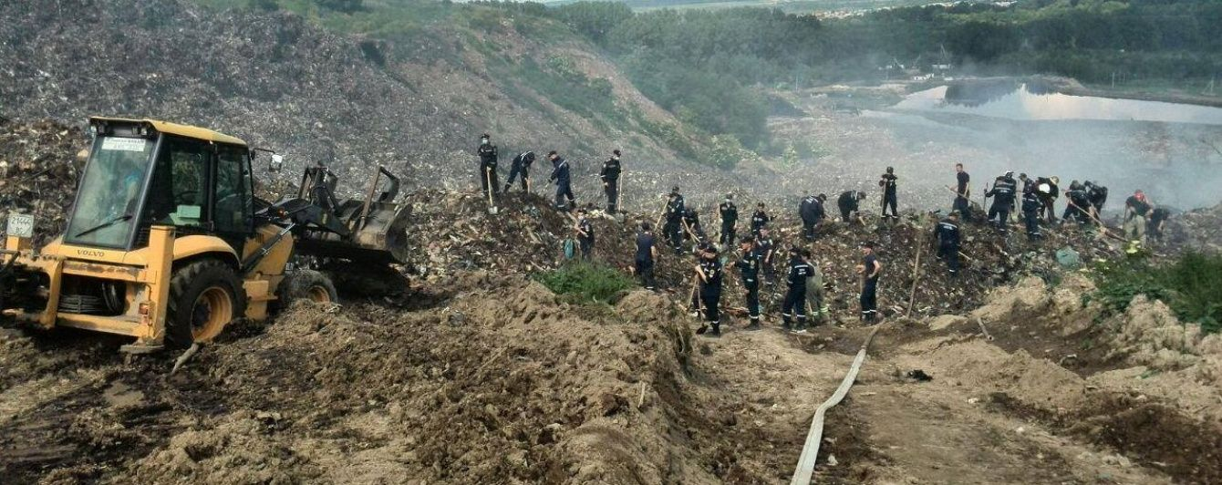 На звалищі біля Львова поновили пошукові роботи трьох рятувальників, яких завалили гори сміття