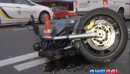 Водитель легковушки сбил мотоциклиста в Киеве