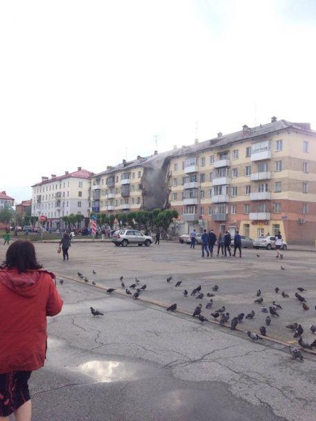 Жахливі руїни й стовп пилу. У російському місті повністю завалився під'їзд у будинку