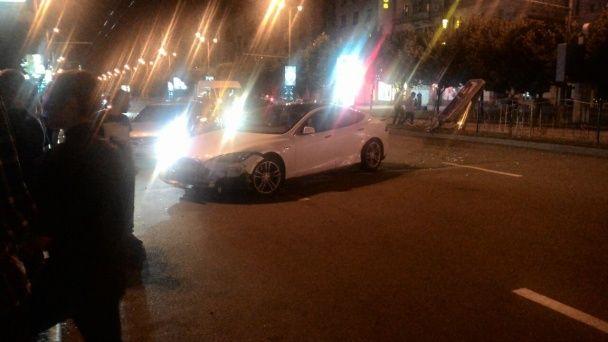 Коштовна ДТП у Запоріжжі: Tesla і BMW розтрощили металевий відбійник і ледь не вилетіли на зупинку
