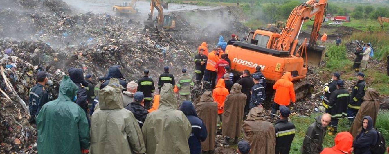 На Грибовицькому сміттєзвалищі шукають під завалами комунальника