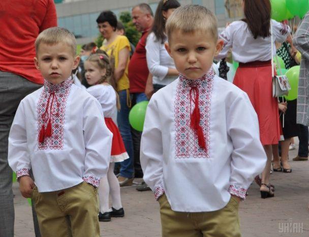 Найяскравіші фото дня: перекур Савченко перед Радою, парад близнят у Хмельницькому