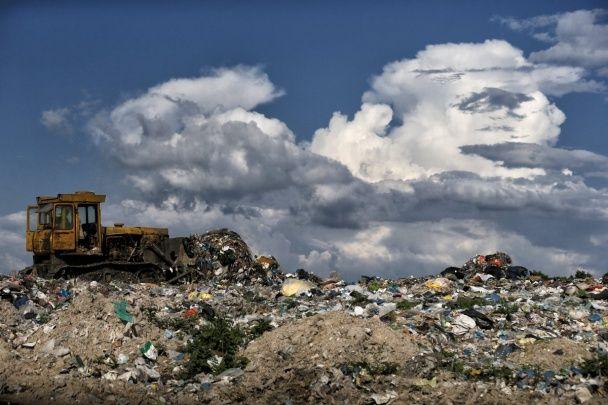 Сміттєва загроза під Києвом. З'явилися видовищні фото звалища у Підгірцях