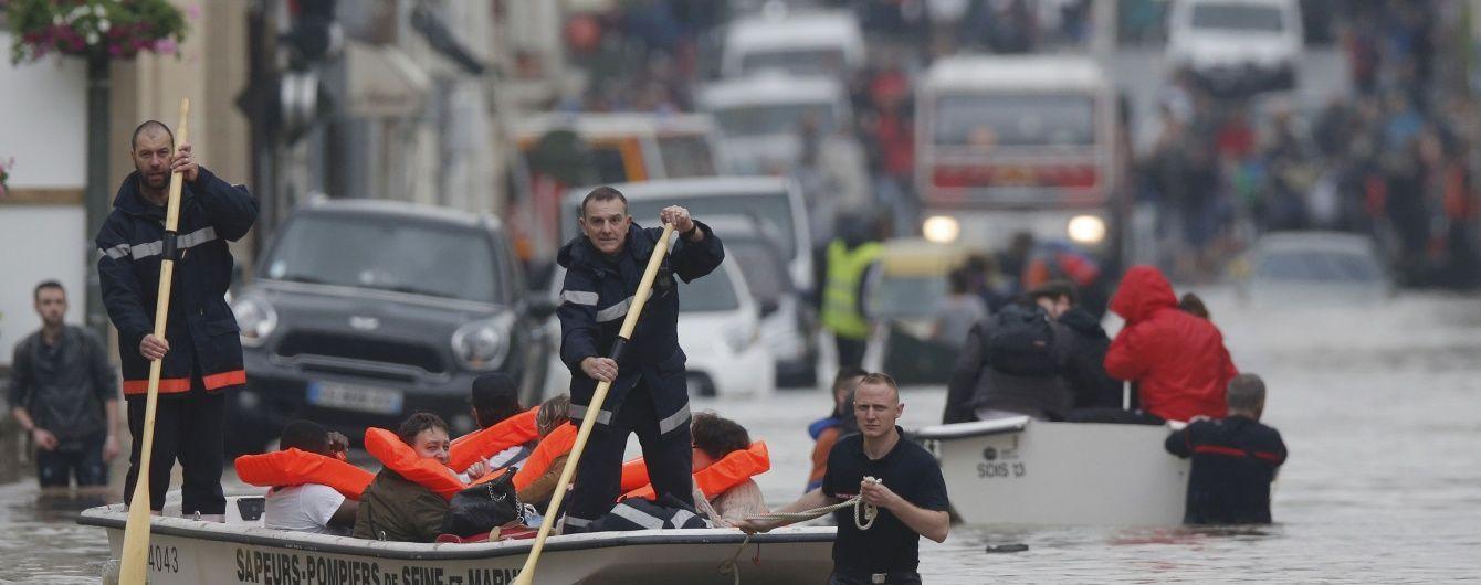 Франція потерпає від небачених злив, через повені евакуйовують цілі міста