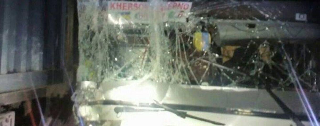 У Миколаєві вночі пасажирський автобус протаранив вантажівку