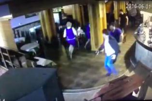 У Мережі з'явилося відео нещадної стрілянини в російському ресторані