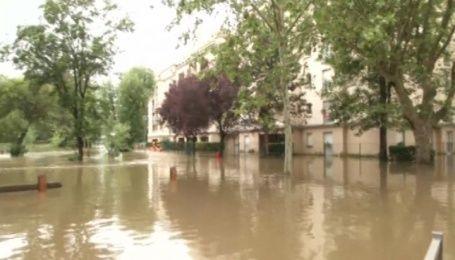 Уровень воды в реке Сена в Париже продолжает расти