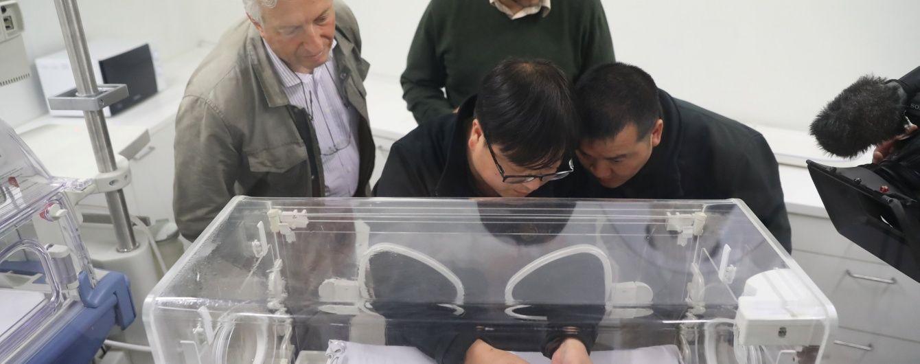 Тендітне дитинча панди вагою 170 грамів виходжують ветеринари