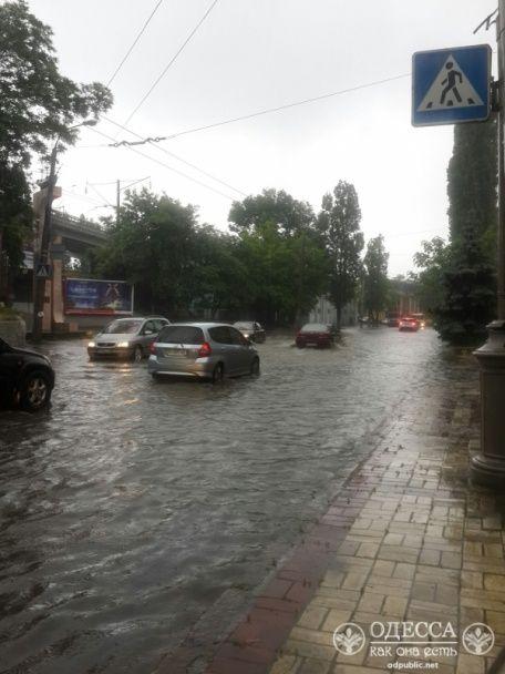 Потужна злива в Одесі: через затоплені вулиці зупинились трамваї, місто скували затори
