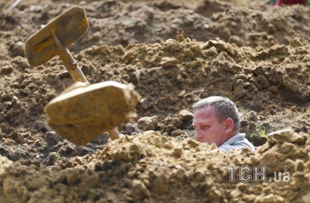 В Угорщині відбувся конкурс з копання могил на швидкість