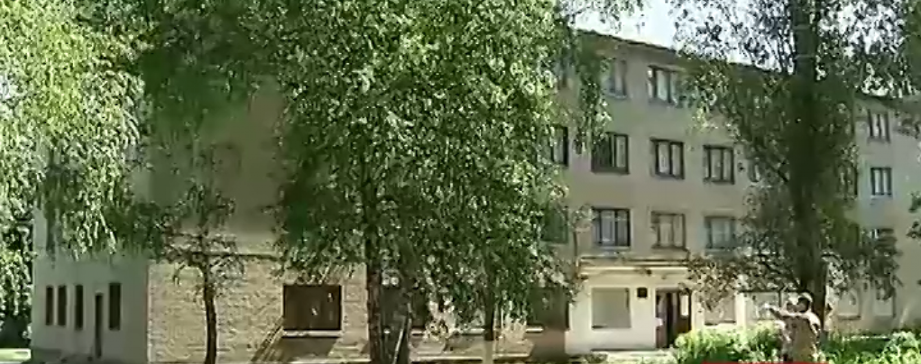 Ворог з важкої артилерії обстріляв житлові будинки і технікум у Красногорівці