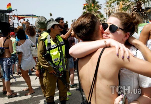 Яскраві костюми і антигомофобські плакати: в Ізраїлі на гей-парад вийшли 200 тисяч людей