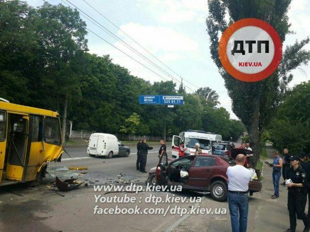 У Києві Opel потужно протаранив маршрутку із пасажирами