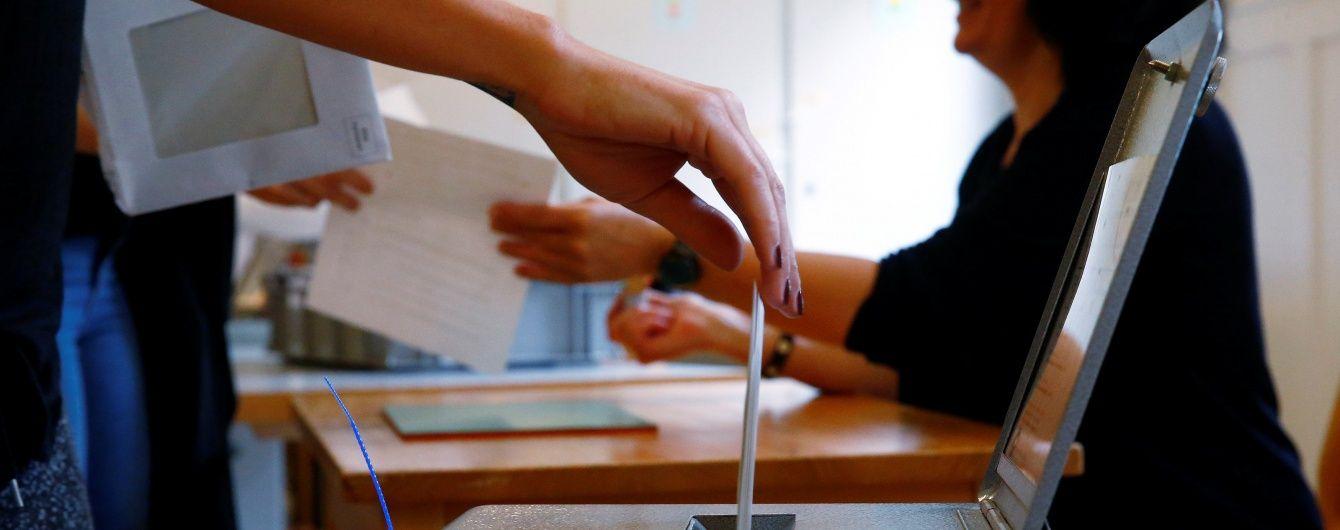 """Швейцарці проголосували проти того, щоб """"просто так"""" отримувати 2500 франків"""