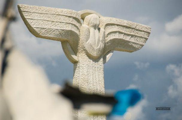 Під Слов'янськом відкрили пам'ятник на місці падіння збитого бойовиками українського літака