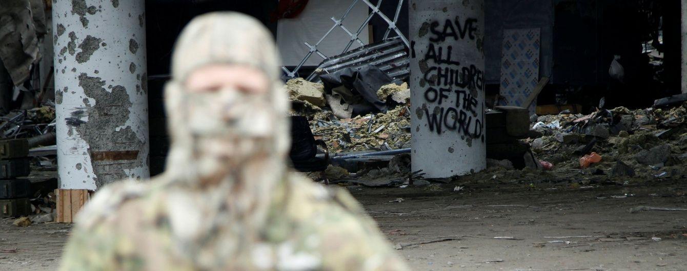 На Донбасі бойовики зі зброєю розігнали мітинг противників розміщення артилерії у місті, є поранені