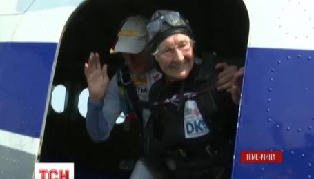 Німецька пенсіонерка стрибнула з парашутом, аби відзначити ювілей британської королеви Єлизавети