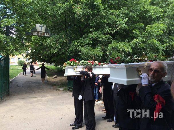 Трагедія у Василькові. Рідні та друзі ховають двох школярок, яких збив п'яний водій