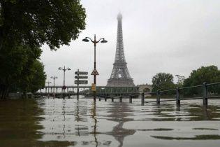 В Париже утонули триста новых мотоциклов