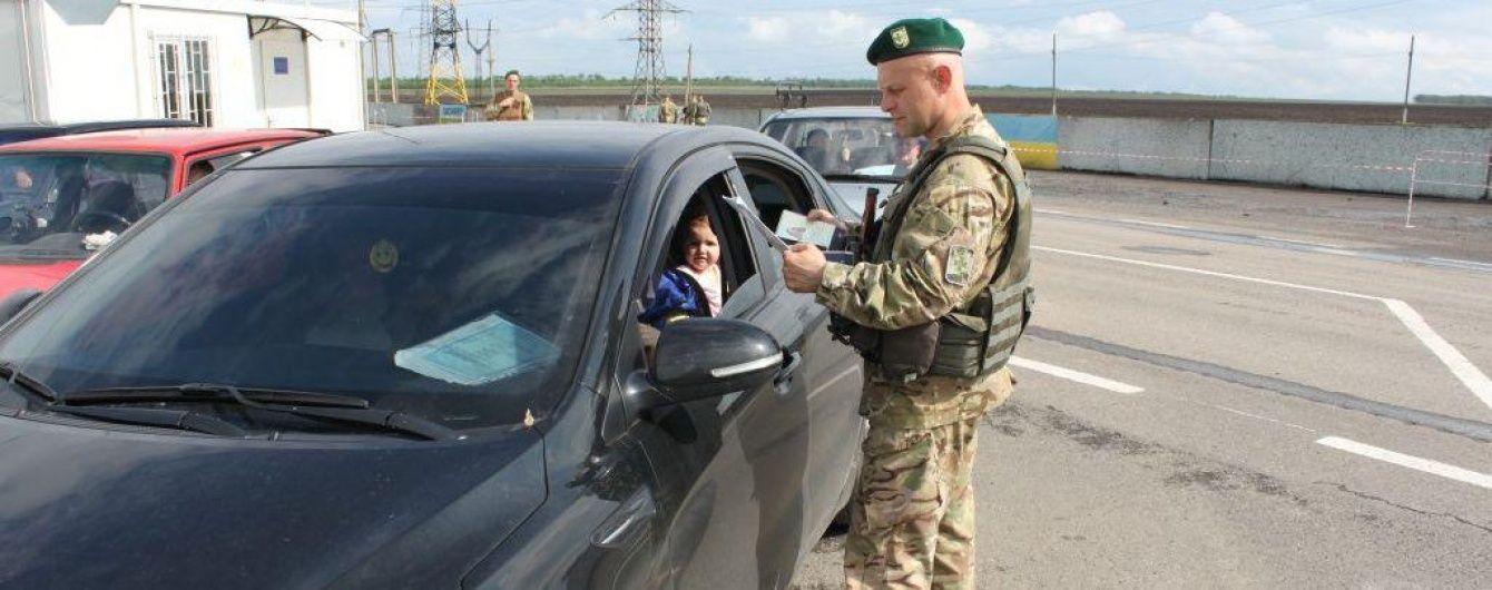 Один з КП на адмінкордоні з окупованим Кримом призупинив оформлення автомобілів
