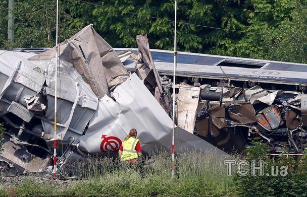 Потрощені вагони і троє загиблих. З'явилися фото з місця зіткнення потягів у Бельгії