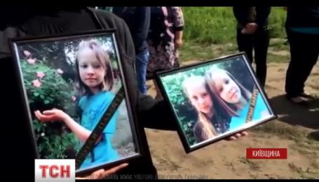 В Киевской области попрощались с девочками, которых в субботу сбил автомобиль