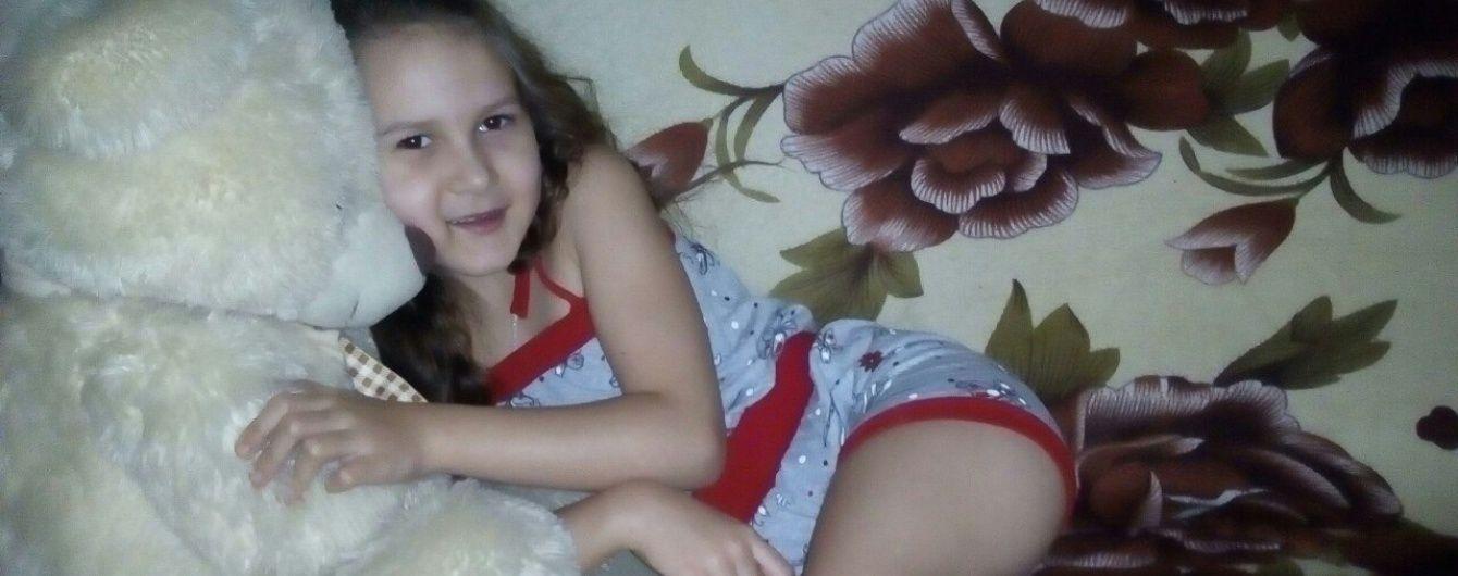 Допоможіть 6-річній Анюті зробити свої перші самостійні кроки