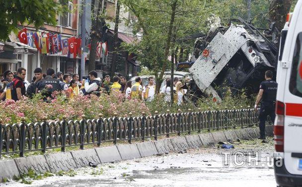 З'явилися перші фото з місця вибуху поліцейського автобусу у Стамбулі