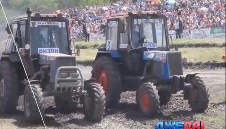 В России устроили гонки тракторов по бездорожью