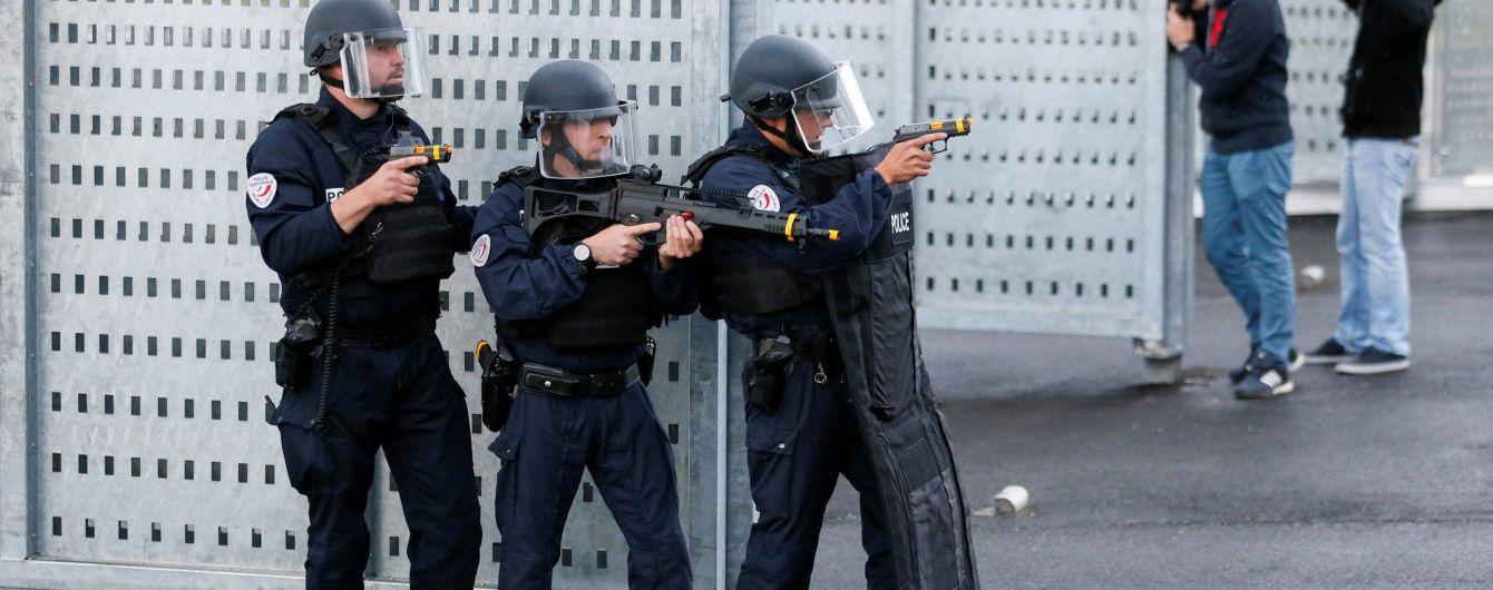 У Франції невідомий зарізав поліцейського і взяв у заручники його сім'ю - ЗМІ