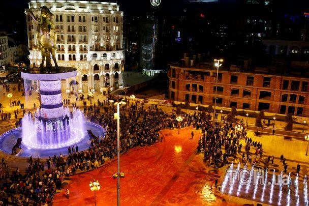 Кольорова революція: в Македонії протестувальники пройшлися ходом й закидали урядові будівлі фарбою