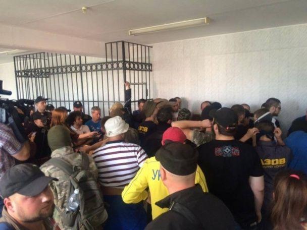 """В одеському суді забарикадувалося півсотні осіб після звільнення фігуранта справи """"2 травня"""""""