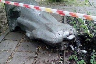 """У Москві звалили та """"обезголовили"""" пам'ятник Леніну"""