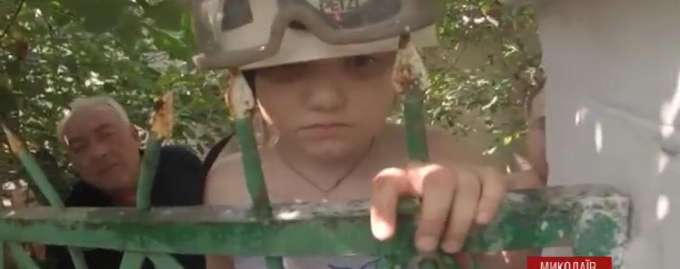 У Миколаєві врятували дитину, яка впала з дерева на металеві прути паркану