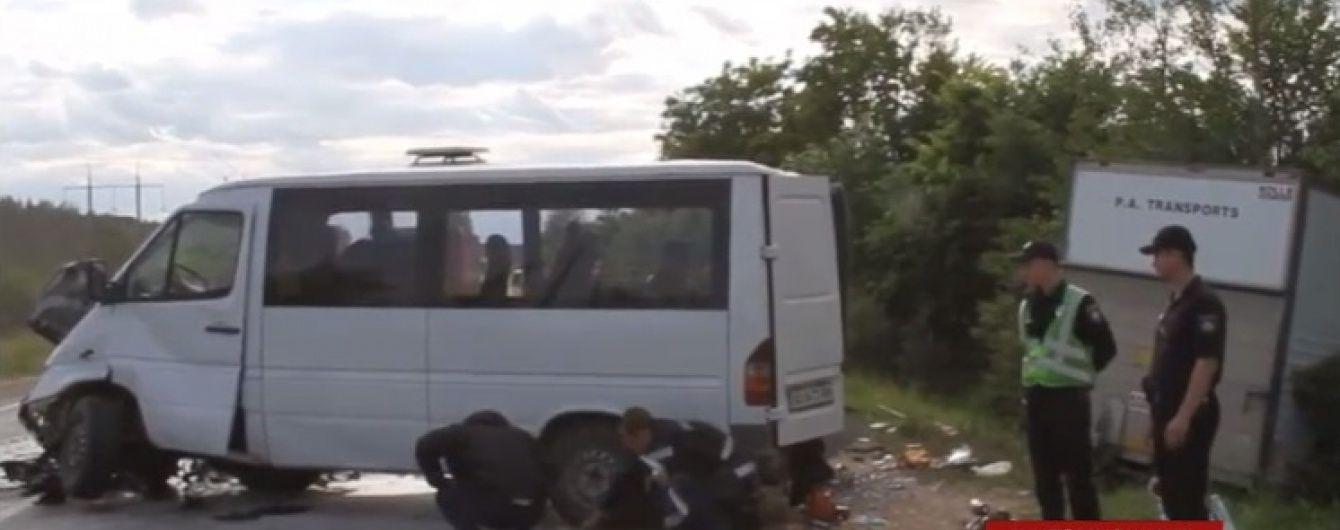 Під Житомиром мікроавтобус виїхав на зустрічну смугу, де зіштовхнувся із вантажівкою: є загиблі