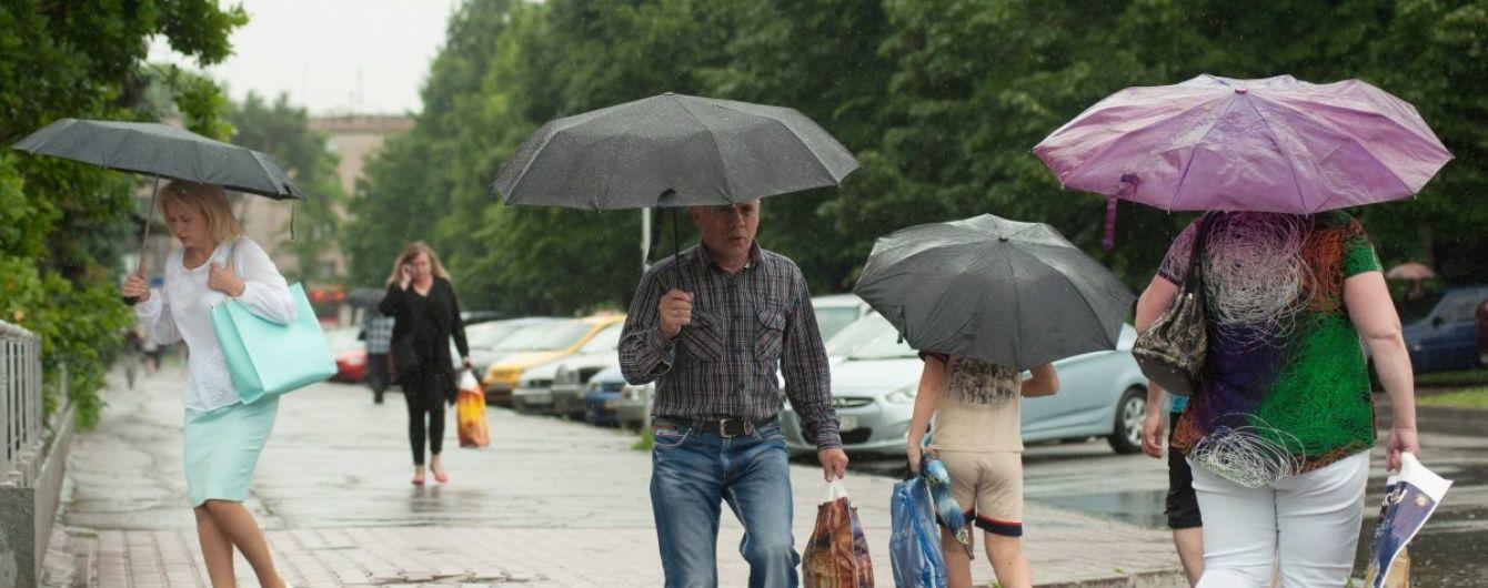 Дощі розділять Україну навпіл. Прогноз погоди на останній день літа