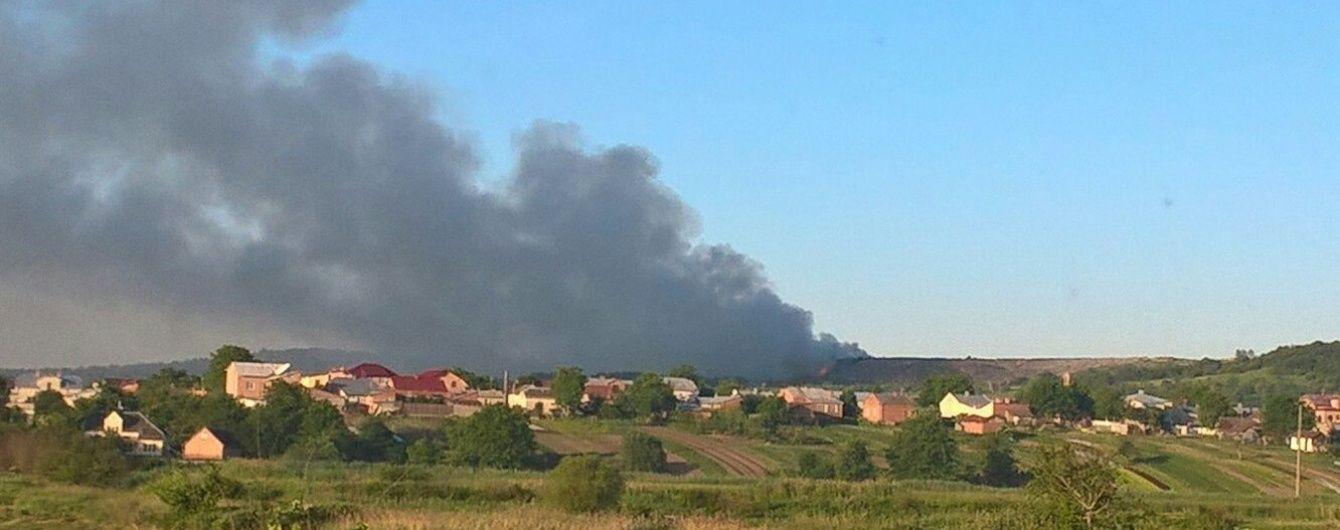 Біля Львова потужно палає Грибовицьке сміттєзвалище – в небо піднімуть пожежну авіацію
