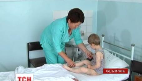 На Хмельнитчине трехлетний ребенок попал в больницу из-за того, что его избила мать