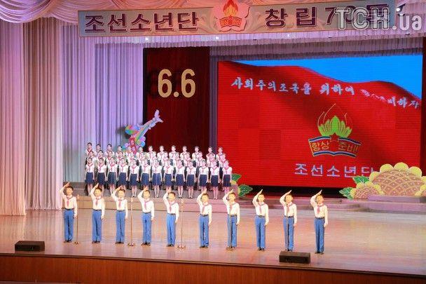 Білі сорочки й червоні краватки. Як у КНДР святкують 70-річчя Корейського дитячого союзу