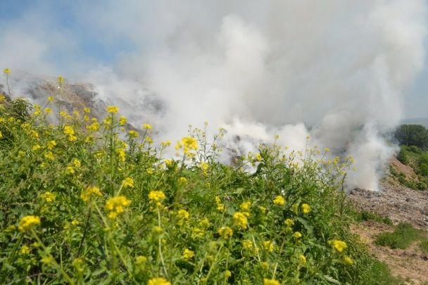 З авіацією в диму. Пожежники продовжують гасити вогонь на Грибовицькому сміттєзвалищі