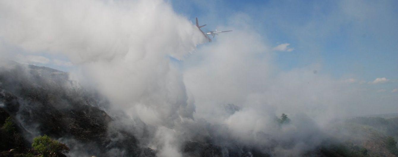 На стихійному сміттєзвалищі під Миколаєвом спалахнула масштабна пожежа
