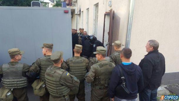 У Києві до будівлі суду намагались увірватися три десятки чоловіків