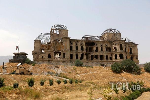"""Графіті і сліди від куль: Reuters показало, як виглядає палац """"Дар уль-Ааман"""" у Кабулі"""