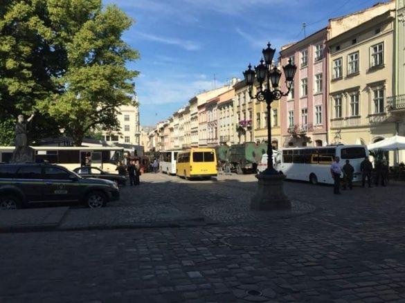 поліці біля міськради Львова_1