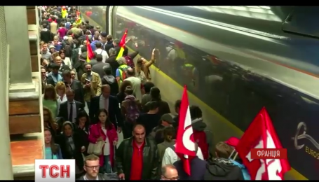 У Франції збільшується кількість страйкарів проти реформи