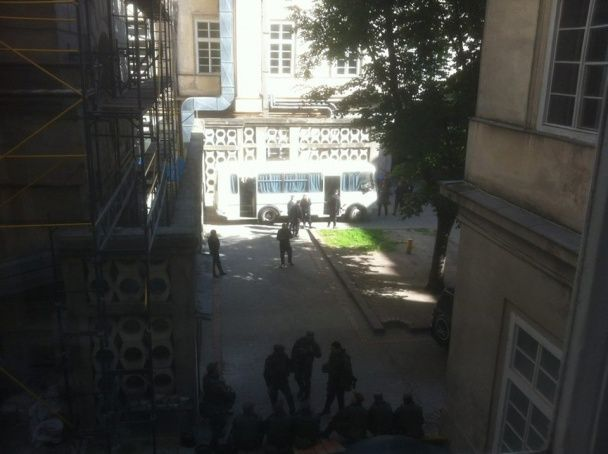 Скандальне засідання Львівської міськради: до Ратуші зігнали десятки автобусів із силовиками