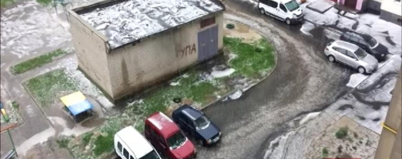 Луцьк по-зимовому побілів після зливи з градом