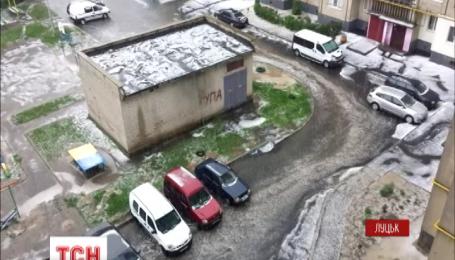 В Луцке ливень и град затопил улицы города