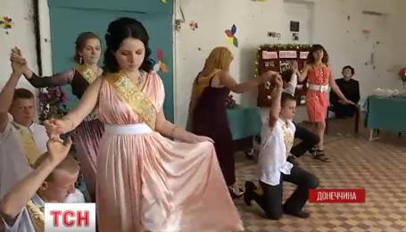 В прифронтовой Красногоровке дети вернулись в разрушенную школу на последний звонок